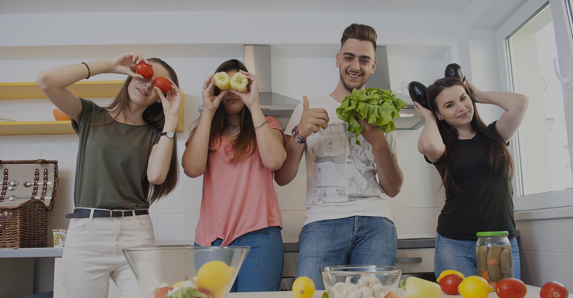 Studenți într-una din bucătăriile utilate din căminele studențești Arcca București