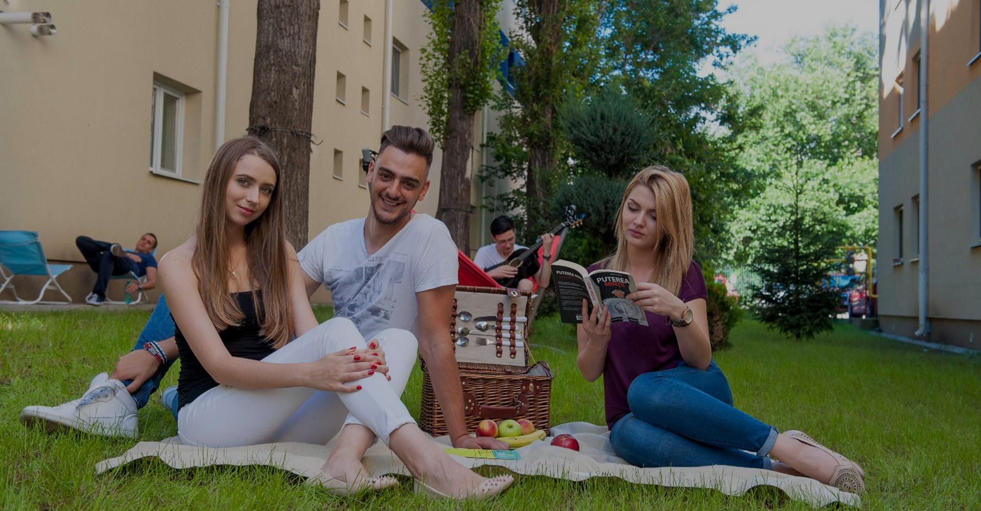 Studenți la picnic și studiu în curtea unuia din căminele private din București - Arcca